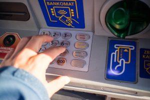 Întrebări și răspunsuri: Pot să ies pentru a-mi plăti facturile la utilități sau ratele la bancă, ori semnarea unor contracte la notar?