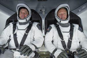 Astronauții Doug Hurley și Robert Behnken, în vârful rachetei care i-a propulsat în spațiu cu o viteză de cinci ori mai mare decât a sunetului