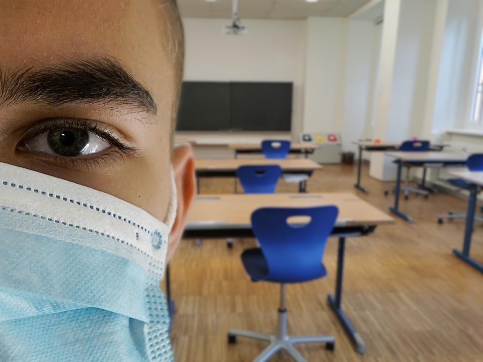 Procedura de achiziție de măști pentru elevii și profesorii care încep marți pregătirea în școli în vederea susținerii examenelor a fost finalizată