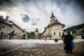 Mai multe ambulanțe au sosit la Mănăstirea Putna