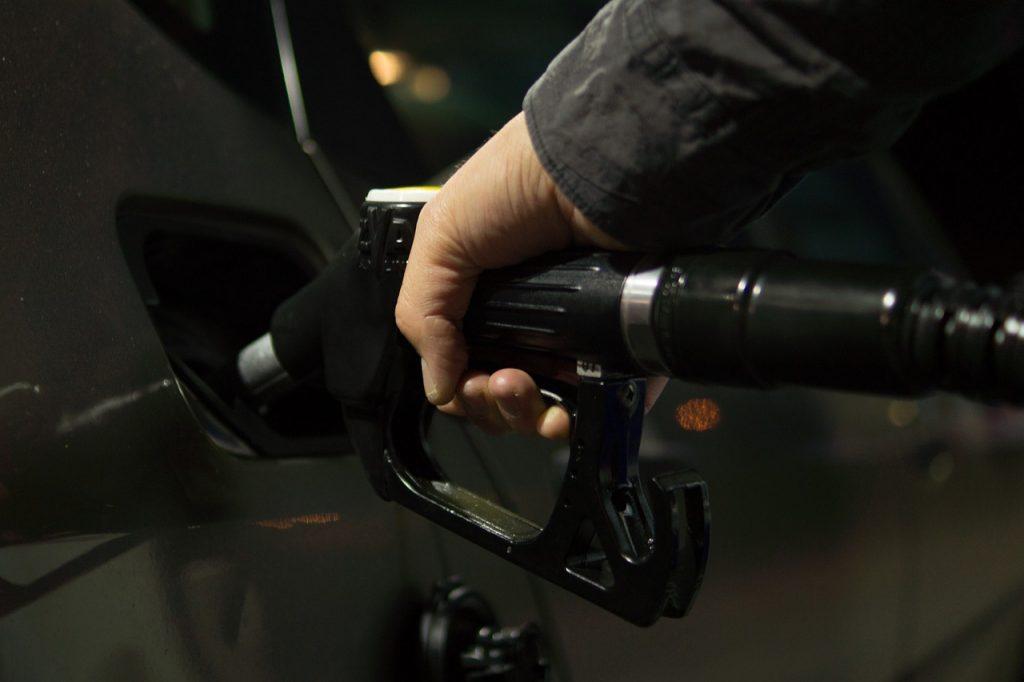 Maşinile se întorc pe drumuri, preţul petrolului a crescut
