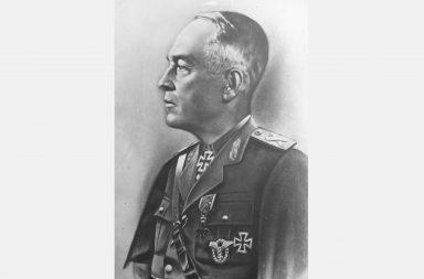 """Executia mareșalului Ion Antonescu a avut loc pe 1 iunie 1946, la ora 18:03, la Jilava. Inline image Mareşalul Ion Antonescu a fost executat, la data de 1 iunie 1946, în curtea închisorii de la Jilava. Fostul conducător al statului român a fost condamnat la moarte de către Tribunalul Poporului fiind acuzat de faptul că s-a alăturat Germaniei naziste în cel de-Al Doilea Război Mondial, precum şi de crime împotriva evreilor. Procesul mareşalului Ion Antonescu şi a apropiaţilor săi a avut loc între 6 şi 17 mai 1946. La finalul procesului au fost condamnaţi la moarte Ion Antonescu, Mihai Antonescu, Gheorghe Alexianu şi Constantin Vasiliu Ion Antonescu (n 14 iunie 1882 - d. 1 iunie 1946 ) a fost un militar și om de stat român, ofițer de carieră, (general), șeful Biroului Operațiilor din Marele Cartier General al Armatei în Primul Război Mondial, atașat militar la Londra și Paris, comandant al Școlii Superioare de Război, șef al Marelui Stat Major și ministru de război, iar din 4 septembrie 1940 până în 23 august 1944 a fost prim-ministru al României cu titlul de """"Conducător al Statului"""". La propunerea lui Horia Sima, șeful Mișcării Legionare a fost numit președinte al Consiliului de Miniștri de către Carol al II-lea. În contextul pierderilor teritoriale din 1940, Ion Antonescu l-a constrâns pe rege să abdice în favoarea foarte tânărului principe moștenitor Mihai (sub a cărui domnie nominală a guvernat cu puteri dictatoriale). Partidele democrate au refuzat să colaboreze cu Statul Național-Legionar, desființat ca urmare a Rebeliunii legionare din 21–23 ianuarie 1941. După acea dată, Antonescu a girat singur exercitarea puterii de stat, făcându-se responsabil pentru atrocitățile comise împotriva evreilor și romilor în România și în teritoriile controlate de statul român. Ion Antonescu a decis intrarea României în Al Doilea Război Mondial de partea puterilor Axei, pe baza promisiunilor lui Adolf Hitler că teritoriile românești pierdute în 1940 ca urmare a Dictatului de la V"""