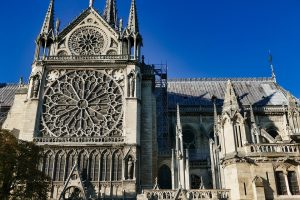 Operatiune inginerească delicată: demontarea țevilor în greutate de 500 de tone, care au susținut acoperișul Catedralei Notre Dame din Paris