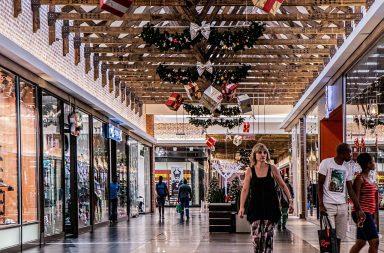 """Vești excelente pentru iubitorii de shopping Inline image Ministrul Economiei a precizat că în cursul zilei de marți va avea o întâlnire cu reprezentanții marilor centre comerciale și va discuta despre posibilitățile pe care le au pentru a-și relua activitatea în cel mai scurt timp. """"Cred că mâine, (n.r. marți) la ora 3, am o întânire cu reprezentanții mall-urilor, cu reprezentanții magazinelor a spațiilor pe care le închiriază. Mi s-ar părea normal că dacă relaxăm și lucrurile merg bine, să putem ca la finalul acestor 2 săptămâni, să deschidem magazinele mari. Dacă lucrurile merg bine vrem să aducem viața la normalitate mai repede"""", a declarat Virgil Popescu . Toate măsurile de relaxare vin la pachet cu noi reguli precum purtarea măștilor în spațiile închise și distanțarea socială. Cei care nu respectă noile reglementări se pot trezi cu amenzi usturătoare din partea autorităților statului, cuprinse între 500 și 2.500 de lei. Vrem să aducem viața la normalitate mai repede"""", a declarat Virgil Popescu ."""